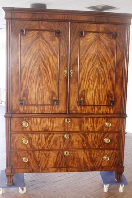 Hollands mahonie Louis Seize kabinet uit ca 1750breed 159 cm, hoog 225 ...